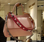 올해 유행하는 가방은 가방 끈과 장식 강조