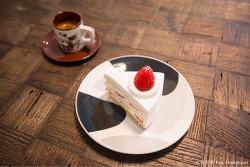 딸기 생크림 케이크와 에스프레소 한잔