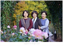 올림픽공원 장미광장 10월 장미 앞에서 - 향이.주연.혜영