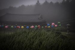 흐린 산사를 밝힌 연등. by 포토테라피스트 백승휴