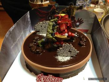 장난감 사듯 산 어벤져스 헐크와 헐크버스터 케이크