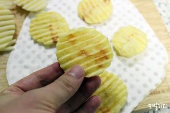 [간편요리] 맥주안주로 제격인 전자렌지 감자칩 만들기