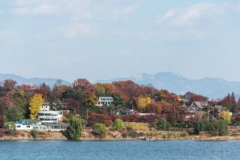 행주대교에서 바라본 북한산과 한강의 모습입니다.