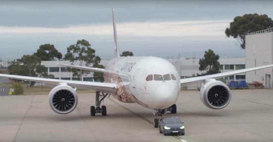 테슬라 모델 X, 130톤 급 대형 항공기 견인하며 기네스 신기록 수립