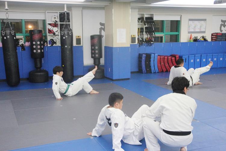 [성인 태권도] 오늘 수련은 발차기에 중요한 근력 운동을하였습니다~ ^^