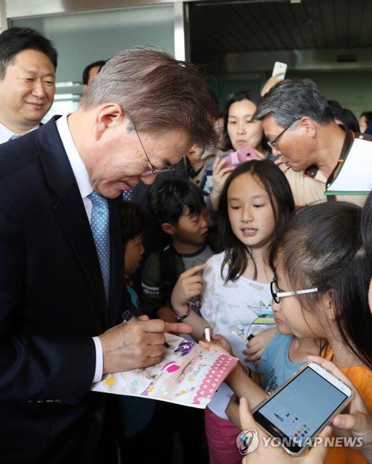 문재인 대통령, 은정초등학교에서 열린 '미세먼지 바로 알기 교실' 행사 참석