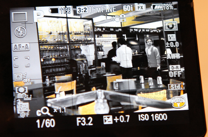 소니 알파57 후기, 중급기, 보급기, 신제품, 발표회, 카메라, 소니, Sony, 후기, 제품, 리뷰, 사용기, a57, a55, 반투명미러, 반투명, DSLT, DSLR, 뷰파인더, 전자식 뷰파인더, AF, 오토포커스, 단렌즈, 선명한 이미지 줌, 자동 인물 프레이밍, 확대, 단렌즈 2배, 모델, 사진, 디자인, 파지, 그립감, 광학식 뷰파인더, 디카, 디지털카메라,소니 알파57 후기 중급기를 품은 보급기 신제품 발표회 후기  Sony에서 신제품 발표회가 있었는데요. 이번 a57은 a55 의 후속기종입니다. DSLT는 그대로 이어와서 반투명미러가 들어갑니다. 반투명 미러 하면 분명 연사속도랑 동영상이 떠 오를텐데요. 초당 12매의 연사가 가능하고 동영상 찍는 중 AF모듈이 계속 동작 가능하므로 동적추적을 하면서 동영상 촬영이 가능 합니다. 최근에 점점 Dslr 을 이용하여 동영상을 촬영하는 빈도가 높아지고 있어서 이런 부분에서 관심이 많더군요. 실제로 이것을 소니도 간파해서 사진은 물론 동영상에도 특화된 기능을 많이 넣었습니다. 소니 캠코더에 들어가는 스테디샷을 여기에도 적용해서 손떨림 부분을 잡았고 달려오는 사람도 계속 추적하여 AF를 부드럽게 이동시켜주는 부분도 들어갔습니다.  분명 동영상 촬영에는 AF 이런거 필요없어 라고 말하는 분도 있을 수 있습니다. 물론 실제 상업용으로 쓰이는 부분에서는 AF는 수동으로도 가능하고 여러 각도에서 다른 컷으로 찍는다면 사실 오토포커스 이런건 오히려 방해가 될 수 도 있긴 하죠. 다만 아마추어 사용자나 또는  특별한 영상을 원할경우, 그리고 저처럼 한손에는 Dslr 을 한손에는 캠코더를 들고다니는 즉 혼자서 여러가지를 다 해야하는 경우라면 오토포커스는 사실 있으면 유용합니다.  그리고 이번엔 특별한 기능으로 알파57에 단렌즈 2배 확대 기능이 들어갔습니다. 원래 단렌즈는 촛점이 고정되어 있기 때문에 고정촛점렌즈라고 하여 단렌즈라고 부릅니다. 그런데 알파57의 넓은 센서를 이용하여 이미지를 강제로 확대시키고 경계선 부분을 보완하여 2배 확대한 효과를 주는것이죠. 이미지나 동영상 촬영 모두 적용이 가능하고 1배 2배 사이를 부드럽게 왔다갔다 하면서 꼭 줌렌즈를 쓰듯 사용이 가능 했습니다. 물론 단렌즈 외에 줌렌즈에서도 2배 확대가 되더군요. 참고로 디지털 줌과 비슷할 수 도 있지만 센서가 넓은것을 이용하는 것이므로 그냥 영상을 확대한것과는 화질에서 확연한 차이가 있었습니다.  사진과 동영상에 특별한 사진효과를 줄 수 있는것도 재미있었습니다. 물론 이것은 이전 캠코더에도 있던 기능이긴 하지만, 제 경우에는 소니 캠코더를 쓰는데 특별한 영상 촬영이나 심도가 낮은 영상 촬영시에는 상당히 부럽더군요. 색 필터를 이용하면 영상에서 붉은색 녹색 등 특정 색만 빼는것도 가능 합니다. 물론 영상 편집 툴에서도 가능하지만 미리 작업을 해두면 좀 더 작업시간을 단축 시킬 수 있겠죠.  그럼 지금부터 소니 알파57 후기 내용을 자세히 설명드릴께요. 동영상도 보시면 재미있습니다.