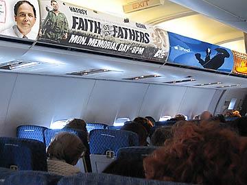 스피리트항공 선반에 게시된 상업 광고