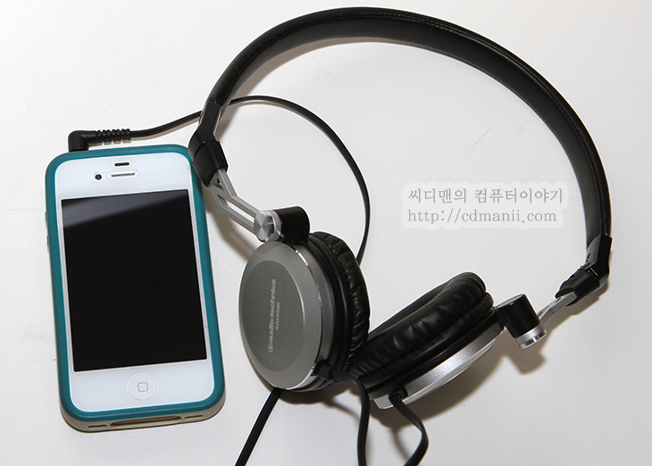 ATH-ES88 사용기, ATH-ES88 리뷰, 후기, 리뷰, IT, review, 헤드폰, 오디오테크니카, ATH-ES88, 음향, 스피커, 사운드, 디자인, 디자인과 느낌 좋은 헤드폰 오디오테크니카 ATH-ES88를 사용해봤습니다. 알루미늄 금속 하우징을 사용해서 깔끔한 느낌도 있고 스윙 방식을 사용해서 독특한 헤드폰입니다. 오디오테크니카는 음향장비 쪽으로 이미 많은 제품이 방송국 등에서도 사용되고 있는것으로 알고있습니다. 제가 사용한 ATH-ES88은 처음 음악을 들어보니 매끄러우면서도 깔끔한 음을 내어주는 느낌이 있었습니다. 어느부분은 특히 집중된 음향이 아닌 평균적인 느낌. 제 느낌은 그렇네요. 그런 이유로 동영상 등을 감상할 때에는 목소리가 더 선명하게 들리는 느낌도 있었습니다.  오디오테크니카 ATH-ES88는 귀에 닿는 부분이 둥글고 좁게 되어있습니다. 귀를 덮는 형태가 아닌 귀바퀴 위에 올려지는 모양세를 가지고 있는데요. 처음에는 귀가 눌러서 아프지 않을까 생각했는데 실제로 써보니 각도 조정이 가능해서 귀가 아프진 않더군요. 저는 참고로 안경을 쓰고 있습니다. 보통의 경우라면 헤드폰이 귀과함께 안경테를 누르면 아프죠. ATH-ES88은 그런부분에서는 괜찮은듯하네요.