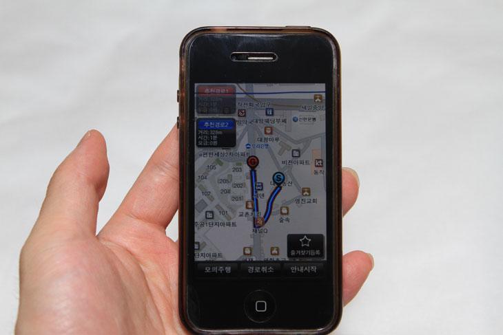3G, It, wifi, 나여기, 네비게이션, 동영상, 사용기, 설명, 아이폰3, 아이폰4, 약속, 어디야, 어플, 올레 네비, 올레네비, 위치 확인, 위치정보, 장소,올레 네비를 이용하면 말그대로 스마트폰을 네비게이션 처럼 사용 할 수 있습니다. 폰에는 GPS 및 3G 등 통신과 위치를 확인이 가능하기에 프로그램만 있다면 네비게이션처럼 사용이 가능한 것이죠. 그냥 스마트폰을 네비게이션처럼 사용도 가능하지만 위치정보를 이용해서 위치를 능동적으로 찾아갈 수 있습니다. 먼저 출발한 사람과 자신이 올레 네비를 설치했다면 먼저 도착한 사람에게 어디야 라고 요청을 합니다. 요청을 받은 사람이 위치 정보를 알려주면 그곳으로 찾아가는 가장 빠른 길을 시뮬레이션 및 실제로 안내를 받으면서 찾아갈 수 있습니다. 위치를 물어보고 목적지를 입력을 할 수 도 있지만 GPS 를 이용해서 위치를 좀 더 쉽게 찾아가는 방법도 있는것이죠. 상대방이 위치를 확인해서 알려주기 좀 힘든 상황일 수 록 유용하게 사용될 수 있으리라고 생각합니다. 지금부터 올레 네비의 간단 사용기 및 실제 두개의 스마트폰을 이용하여 사용하는 동영상 및 개선점에 대해서 알아보도록 하겠습니다.