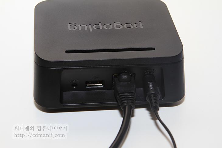 포고플러그, pogoplug, 개인 클라우드, 클라우드, cloud, 저장공간, 하드디스크, 외장하드, USB, 메모리, SD메모리, 서버, NAS, 모바일 클라우드, 모바일, mobile, IT, 제품, 리뷰, 사용기, 후기, 태블릿, 타블렛, 아이패드2, 아이폰4, 아이폰4S, 포고 플러그, 전력, 전력관리, review, 사진, 포고플러그 pogoplug를 이용하면 개인 클라우드 저장공간을 만들어서 사용할 수 있습니다. 좀 쉽게 설명드리면 집안 저장공간을 만들어놓고 외부에 있거나 집안에 있거나 스마트폰으로 쉽게 포고플러그에 접근해서 동영상 음악 사진을 불러와서 사용이 가능 합니다. NAS라는 것으로도 물론 사용이 가능하지만 별도로 하드디스크를 구매하거나 또는 비용적인 부분이 발생하며 설치하는 것이 초보자에게는 다소 어려운 부분이 있습니다만, 포고플러그 pogoplug는 좀 더 쉽게 클라우드 공간을 만들 수 있도록 해주고 USB 외장하드나 USB메모리 , SD메모리등 자신이 가지고 있는 저장장치를 활용할 수 있도록 한것에 장점이 있습니다.  저역시 사용해보니 동영상도 3G 속도가 아주 느리지 않다면 외부에서 보는데 무리는 없었고, 음악등은 가져와서 재생하는데 전혀 문제가 없더군요. 스마트폰에 더이상 음악을 복잡하게 넣고 빼고 할 필요 없이 언제든 쉽게 접속해서 들을 수 있고 아이디를 공유한다면 친구들과 동시에 즐길 수 도 있어서 괜찮았습니다.  포고플러그를 설치하는 과정은 선을 2개만 설치하면 되었기 때문에 상당히 쉬웠으며 메뉴얼을 따라해보면 초보자도 쉽게 따라할 수 있도록 되어있었습니다. 단순화된 앱의 사용으로 쉽게 접근 할 수 있도록 했다는 점에서도 괜찮았네요. 그리고 보통 가지고 있을만한 USB외장하드나 USB메모리, SD메모리를 활용할 수 있도록 한점도 괜찮은 점 입니다.  저 역시 처음에는 포고플러그를 뭐에 쓰는건가 싶었습니다. 하지만 한번 써보니 어떻게 돌아가는건지 알겠더군요. 가능한 쉽게 설명을 할테니 지금 위에 설명 다 잊어버리셔도 됩니다. 아래 동영상만 보시거나 또는 아래 내용을 천천히 읽어주세요.