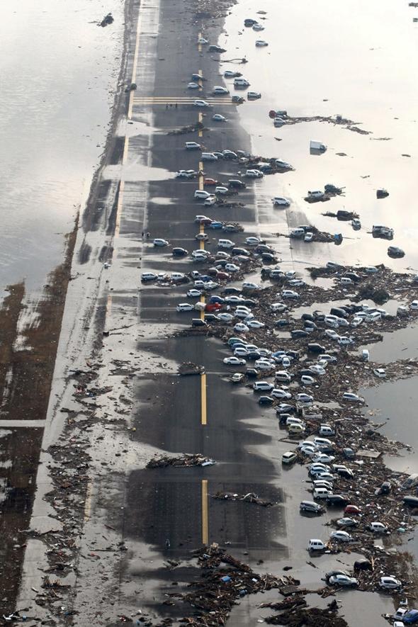 쓰나미가 휩쓸고 지나간 센다이 공항 활주로에 널부러져 있는 차량들
