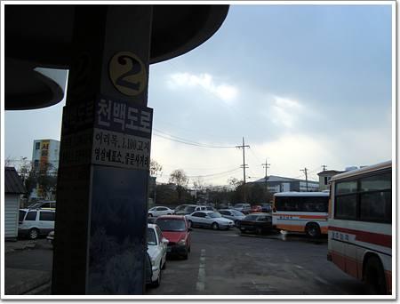1100 도로 버스 기둥