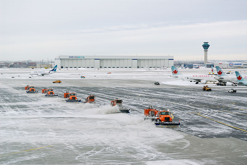 공항 제설작업 동안에는 항공기 이착륙은 불가능해..