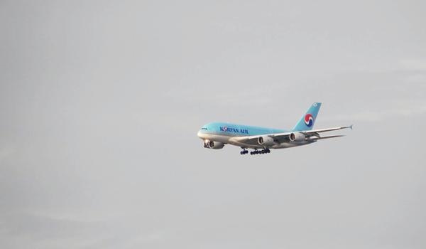 샤를드골 공항으로 착륙 중인 대한항공 A380