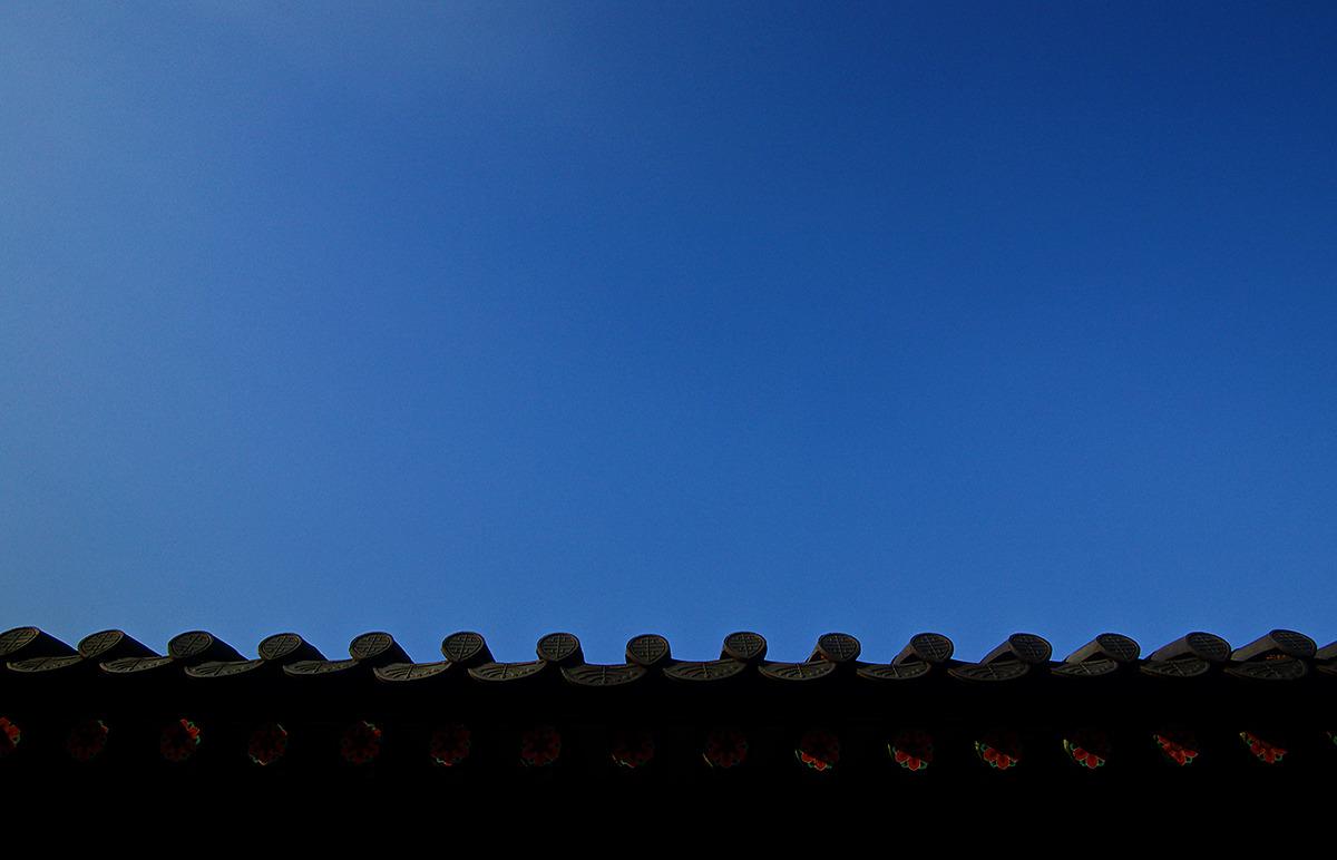 경복궁의 처마 단청 사진. 뒤로는 파란하늘이 보이다.