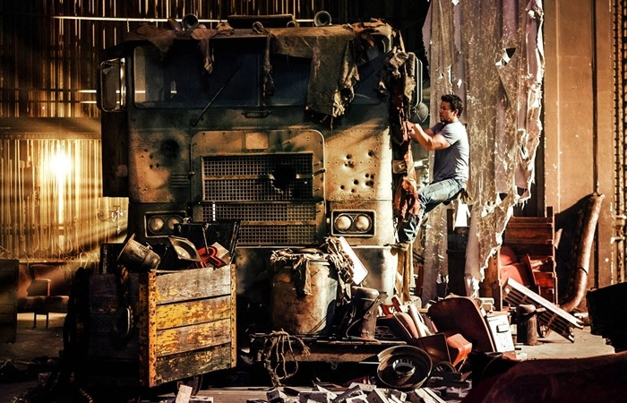 사진: 인간측 주인공 케이드 예거가 고장난 옵티머스 트럭을 고치는 장면. 트랜스포머4는 시리즈에서 오리지널에서 많은 변화를 주었다. [트랜스포머4 줄거리, 결말 1 : 인간의 배신]