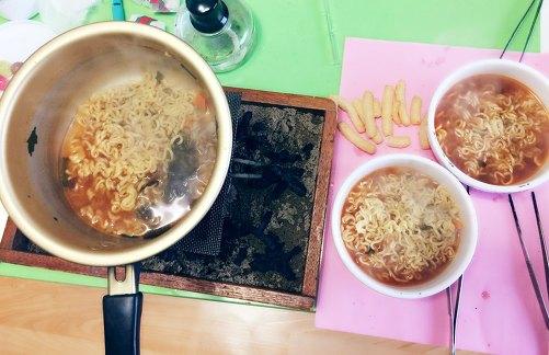 과자 한봉지로 라면 끓이기 도전!