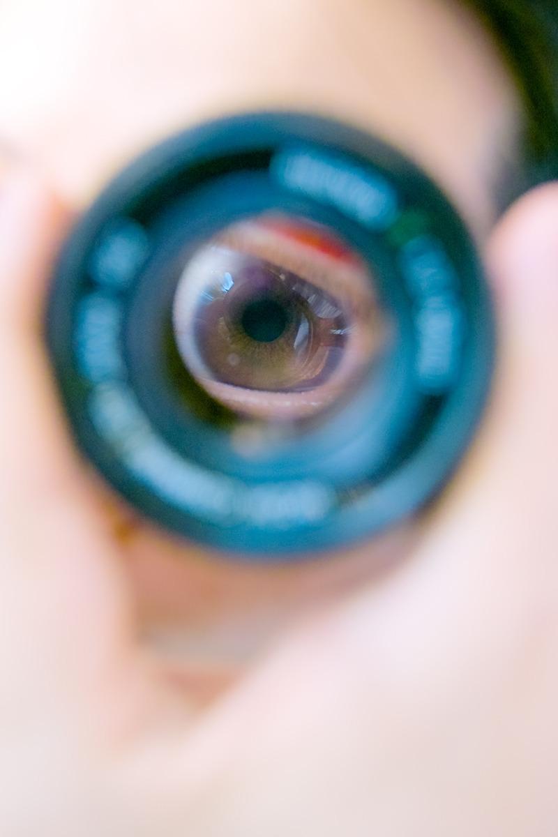 렌즈를 통해 보이는 눈을 촬영한 사진.