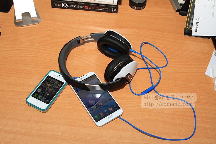 로지텍 UE6000 사용기, 로지텍 UE6000, UE6000, 노이즈 캔슬링, 음질, 음감, 공유 스플리터, 아이폰, 아이폰 UE6000, 안드로이드 스마트폰 UE6000, 음악, 스피커, 옵티머스G프로, 후기, 사용기, 음색, 느낌, 쿠션, UE6000 쿠션, UE6000 사진, UE6000 건전지,로지텍 UE6000 사용을 아이폰과 안드로이드폰 같이 놓고 해봤습니다. 물론 컴퓨터에서도 사용해봤구요. 사운드의 경우 노이즈 캔슬링을 꺼두면 음질은 상당히 괜찮더군요. 로지텍 UE6000 사용을 해보면서 음감을 해보자면 사운드는 상당히 플랫한 느낌이 있었구요. 원래 음의 느낌을 잘 표현하는 느낌이었습니다. 그래서 어떤 기기에 연결하고 효과를 어떻게 적용하느냐에 따라서 다른 느낌이 될듯하네요. 로지텍 UE6000 사용을 해보면 귀를 감싸는 그 느낌이 상당히 괜찮았습니다. 커널형 이어폰 만큼은 아니지만 외부음 차폐도 어느정도 되는 편이었습니다. 스피커 외부부분은 열려있는 구조는 아니었구요. 그리고 로지텍 UE6000은 외부에서 사용할 때에도 괜찮은 기능을 하나 제공하는데 노이즈 캔슬링 기능 입니다.  외부의 소음을 좀 더 차단해주는것인데요. 물론 건전지가 들어갑니다. AAA사이즈 건전지 2개가 들어가더군요. 처음에는 기본장착되어있지만 충전지가 아닌지라 노이즈 캔슬링 기능을 많이 쓸것이라면 충전지를 쓰는게 좋습니다. 왜냐면 생각보다는 오래 가진 않기 때문이죠. 참고로 노이즈 캔슬링을 켠다고 해서 음질이 더 좋아지진 않습니다. 엄밀히 말하면 나빠지죠. 무음상태에서 들어보면 치- 하는 소리가 살짝 같이 들리니까요. 노이즈 캔슬링을 꺼놓고 들어보면 중음과 고음영역 모두 너무 흐트러지지 않고 깨끗하게 울려주는 느낌을 받았습니다. 다른 헤드셋과 같이 들어봐도 소리가 상당히 괜찮았네요.