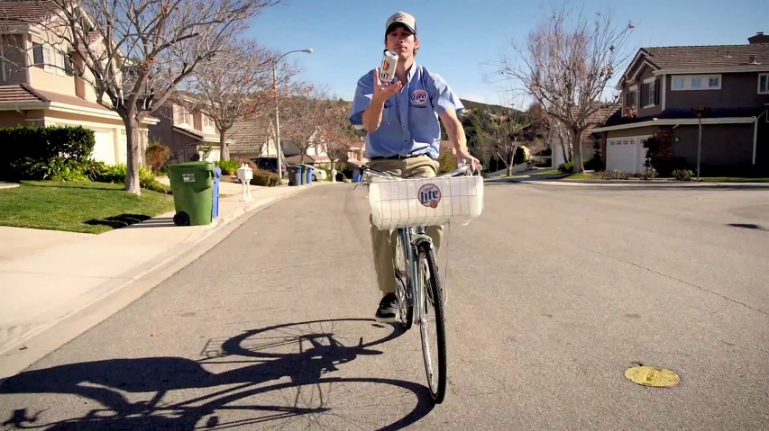 전통적인 방법으로 신문 배달하듯, 맥주를 배달한다! - 밀러 라이트(Miller Lite)의 광고 '오리지널 배송 시스템(Original Delivery System)'편 [한글자막]