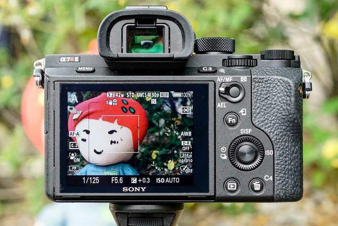 얼굴 인식을 사용하면 초점 검출이 쉽고 얼굴에 노출이 맞춰지기 때문에 편리하다