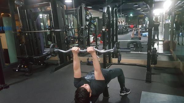 라잉 트라이셉스 익스텐션(Lving triceps extension)