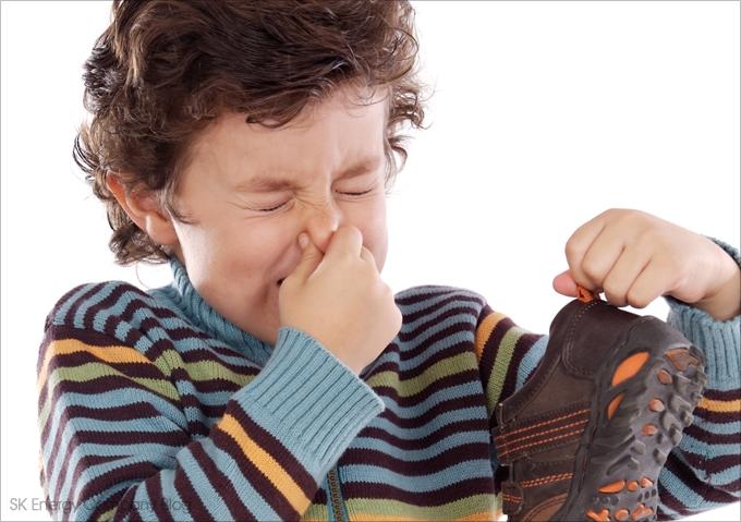 신발에서 나는 냄새를 맡은 아이의 이미지입니다.