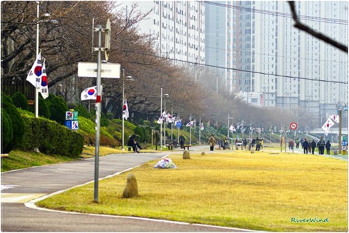 봄이 오는 온천천변 산책로 풍경/OmnisLog