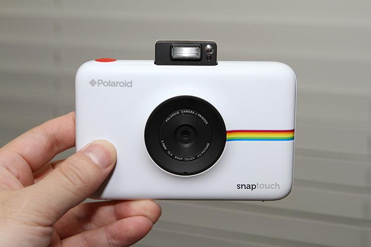 폴라로이드 ,스냅터치 ,쉽고 간단하게, 사진찍고 ,바로 인화,IT,IT 제품리뷰,1300만화소 F2.0의 카메라 인데요. 들고 다니면서 쉽게 사용할 수 있는 제품입니다. 폴라로이드 스냅터치 쉽고 간단하게 사진찍고 바로 인화를 할 수 있는데요. 휴대용 포토프린터를 카메라에 합쳐둔 그런 제품 입니다. 폴라로이드 스냅터치는 터치식의 화면 그리고 화면이 뒤에 있어서 즉석사진 생각해보면 너무 쉽게 사진찍을 수 있는 제품인데요. 물론 꼭 인화를 할 필요는 없습니다. 메모리 카드가 있어서 보통의 디지털카메라처럼 저장도 가능하니까요.
