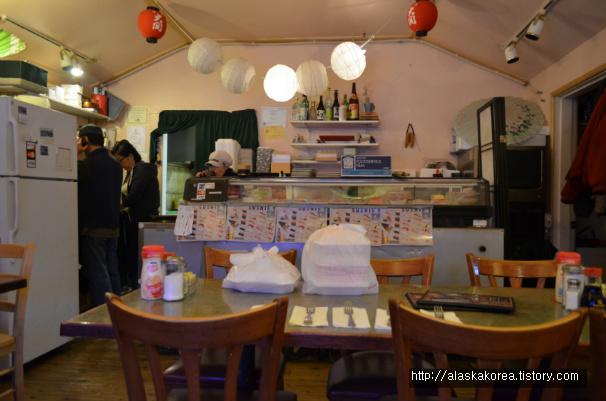 테이블이 많지않은 작고 소박한 식당 입니다.