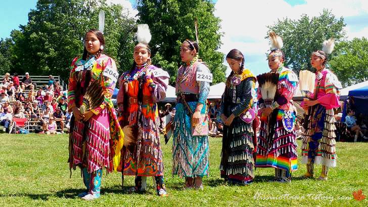 북미 토착민 전통 댄스 의상입니다