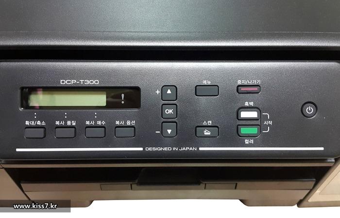 사진: 브라더 무한잉크 복합기는 조작버튼이 많다. 다른 프린터는 여러번 눌러 조합하는 방식이지만 브라더 프린터는 그냥 누르면 된다. 컴퓨터를 켤 필요가 없다는 장점도 있지만 조금 지저분해 보인다. [엡손, 캐논, 브라더 무한프린터]