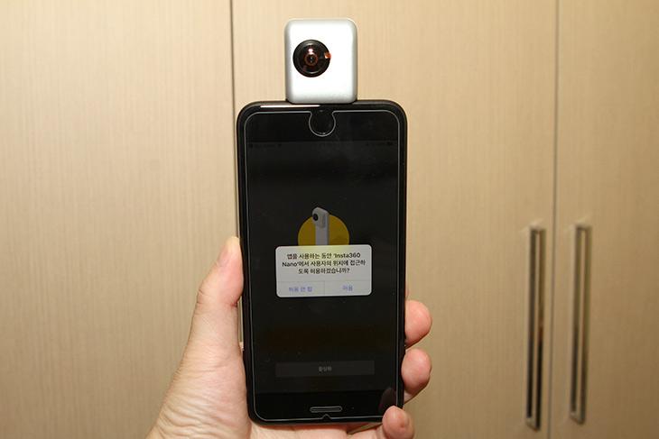 인스타360 ,아이폰7플러스, 360도 ,카메라 ,모두, 찍자,IT,IT 제품리뷰,이런 제품 꼭 써보고 싶었는데요. 여행가거나 또는 특별한 장소에서 쓸만합니다. 인스타360 아이폰7플러스에 장착해서 360도 카메라로 여러가지를 찍어봤습니다. 4K는 업그레이드가 가능한듯 하지만 일단 3K로 촬영이 되더군요. 쉽게 공유도 가능 합니다. 인스타360은 아직은 아이폰 버전만 나온 상태이고 추후에 안드로이드 버전도 나온다고 합니다.
