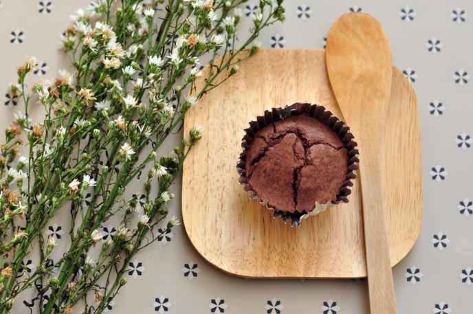 드라이플라워와 우드제품 위의 컵케익