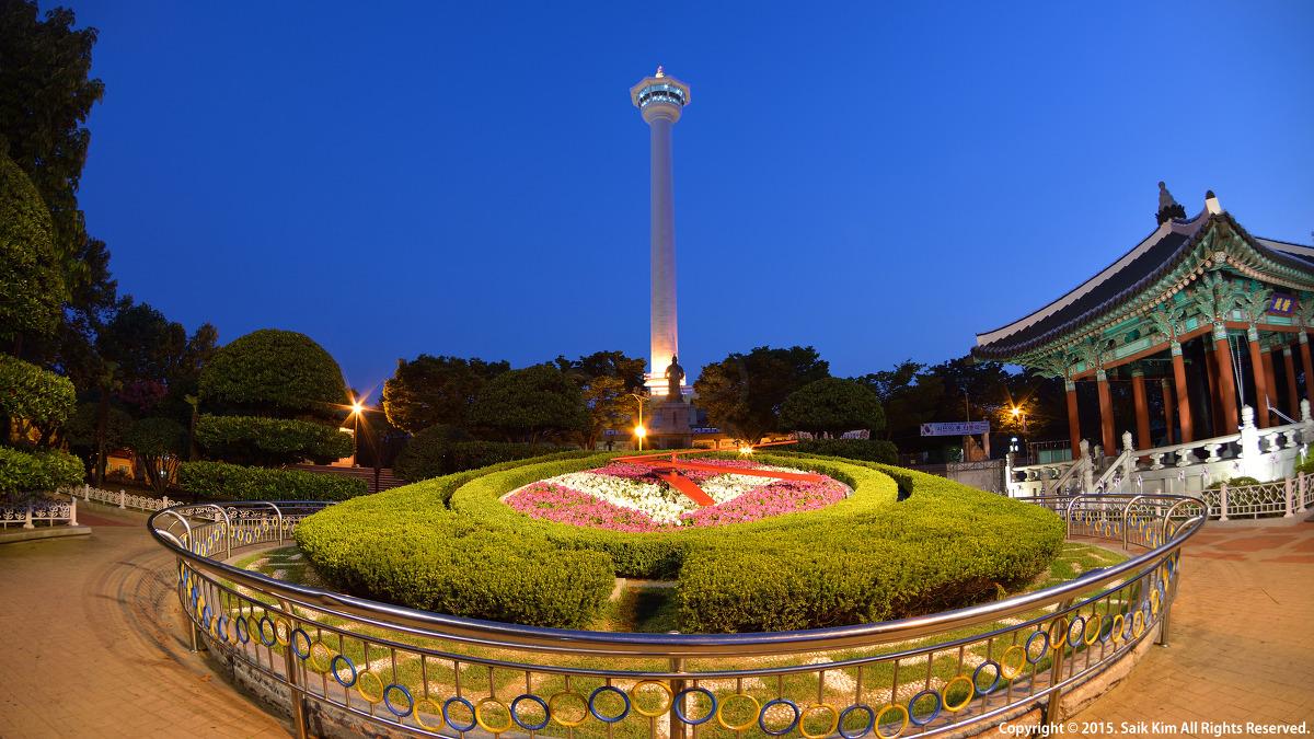 부산을 대표하는 랜드마크인 용두산공원 꽃시계와 부산타워의 야경