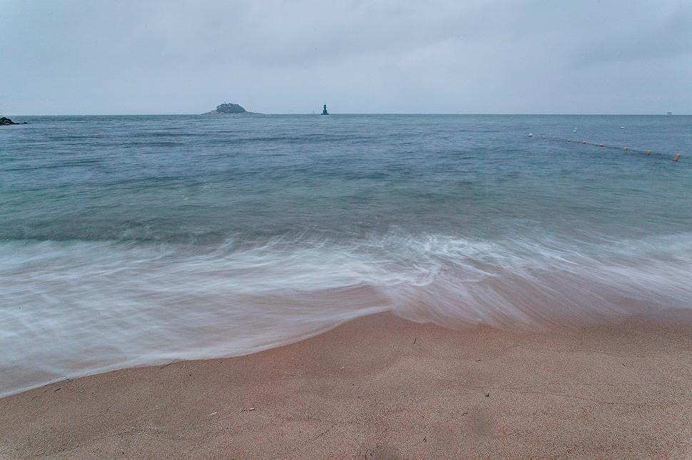 속초바다에 파도치는 사진