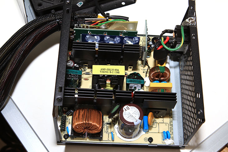 오실로스코프 추천 제품 GWINSTEK GDS-3502를 소개 합니다. 굿윌인스텍 GDS-3000 시리즈 제품 중 하나인데요. 저는 데모로 제품을 잠시 써 봤습니다. 이 제품은 가격을 검색해보면 700만원대의 제품인데요. 8인치의 TFT LCD (800x600) 해상도의 큰 화면을 가진 오실로스코프 추천 제품 입니다. GWINSTEK GDS-3502는 대여폭은 500MHz이며, 실시간 샘플링 레이트는 4GSa/s 입니다. 저도 아직은 오실로스코프를 배워나가는 과정인데요. 오실로스코프는 아주 짧은 시간에 변화하는 전압이나 전류의 파형을 볼 수 있는 장치 입니다. 컴퓨터에서는 파워서플라이의 파워의 품질을 확인하는데 사용하기도 하는데요. 근데 오실로스코프를 사용해보면서 알게 된 것이지만, 측정기의 결과값을 무조건 믿을 수 는 없다는 것 이었습니다. 즉 성능이 낮은 측정기로 측정하면 잘못된 결과값을 충분히 얻을 수 있다는 것이었죠. 파워서플라이의 리플과 노이즈값을 확인하는데 있어서 파워서플라이에 부하를 많이 주면 DC파형에 AC가 끼어서 않좋은 흐름을 보여주게 되는데 그것이 얼마나 작은지 측정하는데 있어서 측정하는 시간과 측정기의 품질 이게 상당히 중요했습니다.