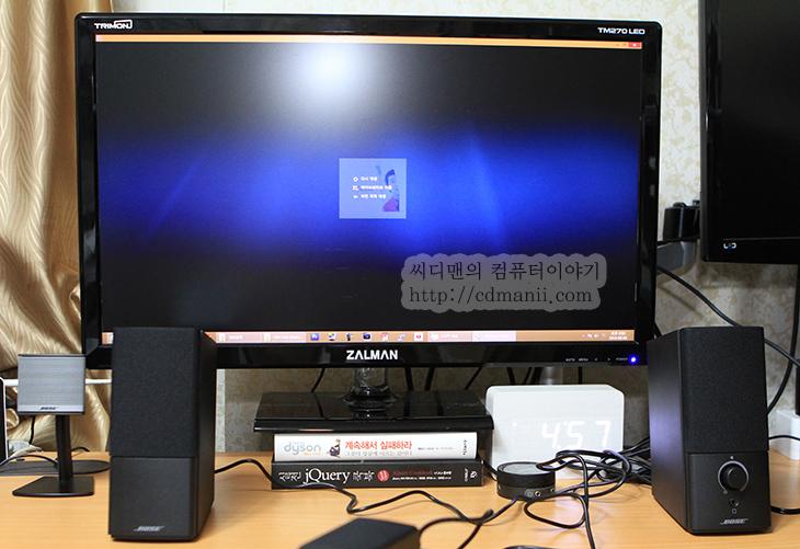보스 컴패니언2 III 사용, 보스 컴패니언2 III 후기, 사용기, 리뷰, 스피커 사용기, 스피커, 피스스피커, 피씨스피커, PC스피커, IT, 후기, BOSE Companion 3 Series II, BOSE, 보스, 괜찮은 스피커, 스피커 추천, 노트북 스피커,보스 컴패니언2 III 사용을 해봤습니다. BOSE에서 신제품을 안내어놓다가 이번에 스피커가 나온거라 다들 관심이 많은데요. 보스 컴패니언2 II는 이미 많은 분들에게 사랑을 받았었죠. 보스 컴패니언2 III 사용을 해보니 그전보다 묵직한 느낌으로 업그레이드가 되었네요. 실버색에서 검은색으로 바뀌었고 부드러운 망으로 바뀌었습니다. 저는 2008년 6월쯤 BOSE Companion 3 Series II를 구매해서 지금까지 사용을 했는데요. 처음 스피커를 켜보고 둔탁한 소리가 나다가 잠깐 계속 음악을 켜놓고 난 뒤 소리가 웅장하고 멋지게 바뀌어서 그때 그 느낌을 잊을 수 가 없습니다. 좋은 스피커는 뭔가 다르구나 하는 느낌을 그때 받았으니까요. 사운드에 있어서 스피커가 다른 구성품에 비해서 차지하는 비율이 상당히 크죠. 사양이 별로 않좋은 시스템에도 스피커가 좋으면 소리가 좋게 들리니까요. 물론 조금의 왜곡율이라도 줄이기 위해서 케이블을 바꾸고 선을 꼬으고 스파이크를 박고 무거운것을 우퍼위에 올려놓기도 하지만요. 보통 컴퓨터에서 많이 쓴다는 기준으로 볼 때 스피커만 조금 좋아져도 소리가 상당히 좋아집니다.  다른 사람 컴퓨터를 써보고 우와 소리가 좋다 라고 느낄 때가 있을겁니다. 보통은 내장 사운드카드를 쓰는데 별도로 사운드카드를 달아놓았고 스피커도 조금 좋은것을 쓰고 있을겁니다. 근데 내장사운드카드를 쓰더라도 스피커만 조금 좋은것을 쓰면 소리가 상당히 좋아집니다. 게다가 스피커는 생각보다 수명이 좀 깁니다. 한번 사놓으면 꽤 오래 쓴다는것이죠. 지금 제가 이미 쓰던 BOSE Companion 3 Series II도 지금 4년 2개월째 쓰고 있는데요. 아직 쌩쌩합니다. 시스템은 몇번을 바꿔도 스피커는 한번 괜찮은것을 구매하면 꽤 오래쓴다는것이죠. 물론 구세대 유물쯤 되는 2채널 아주옛날 스피커가 아직도 고장이 안나서 아직도 쓰고 있는 분들도 있을겁니다. 그런데 옛날 스피커보다 요즘 나오는 스피커는 상당히 성능이 좋습니다. 해상력과 공간감 느낌등이 상당히 좋죠.  보스 컴패니언2 III (BOSE Companion 2 III)는 보스 스피커 중에서 비교적 가격이 낮은 스피커이긴 하지만 그래도 가격은 좀 하는편입니다. 하지만 한번 사놓으면 꽤 오래 쓸것입니다. 그리고 특별한 경우가 아니라면 업그레이드를 하지 않아도 충분할테구요. 1-2 만원짜리 스피커를 사놓고 좀 쓰다가 또 바꾸는것보다는 여러분의 귀는 소중하니 좀 좋은 스피커를 써보는게 좋다는 것이죠. 저 역시도 피씨스피커 커뮤니티에서 이것저것 글을 많이 보다가 결국 BOSE 스피커를 선택을 했으니까요.