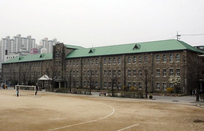 사진: 국민가요 얼굴이 작사 작곡된 곳으로 알려진 서울 동도중학교 사진. 동도고등학교는 서울디자인 고등학교로 이름이 바뀌었다. [가곡 얼굴이 만들어진 사연]